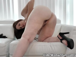 American milf Christina offers her pussy a exercise