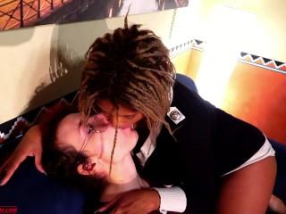Ebony Mistress e Amica Sottomettono Sfigato Si Baciano Lui Lecca i Piedi Double Domination Femdom