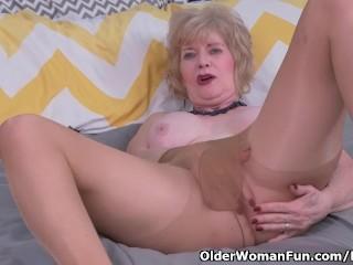American gilf Sindee Dix will get sexy in pantyhose
