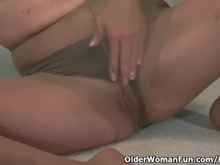 American milf Veronica hands her sultry pussy for us