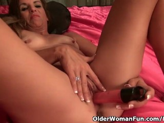 American milf Katrina performs with herself