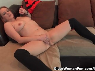 American milf Joclyn works her shaven pussy together with her palms