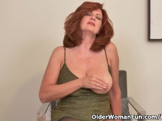 American milf Andi James places her arms to paintings