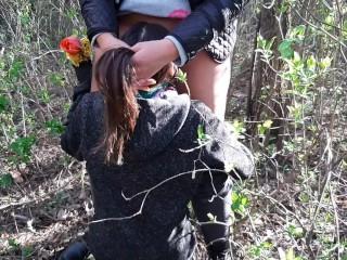 Отблагодарила свою девушку за букет кунилингусом в лесу – IkaSmokS