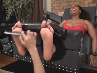 Non prevent Ebony foot tickling