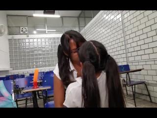 Putita Nikky colegiala enseña a su compañera a dar sexo oral