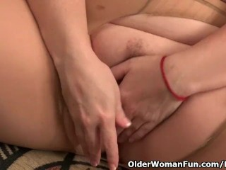 American mother Jewels satisfies her yearning pussy