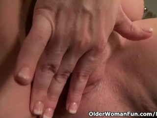 American mother Jewels offers her pantyhosed pussy a deal with