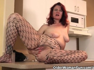 American milf Zoe places her massager to paintings