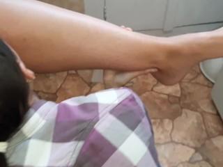 Вылизала не только пятки и пальцы ног, но и страпон, которым я её трахала – lesbian_illusion