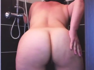 observing curvy stepmom in bathe