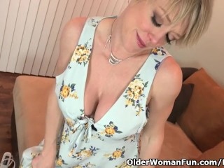 American milf Dee Williams stocks her superb pussy
