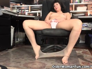 American milf Vivi looks after her hungry bushy pussy