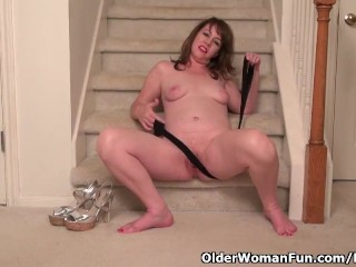 American milf Tracy offers her pantyhosed pussy a deal with