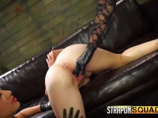 Две госпожу жестко страпонят рабыню в стиле БДСМ