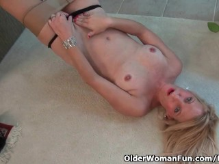 American milf Shelby lowers her pantyhose and has some amusing