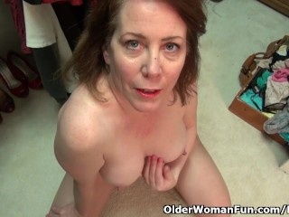 American milf Brie Bently performs along with her meaty cunt lips
