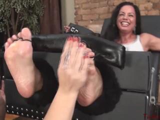 Fetish dominatrix will get tickled