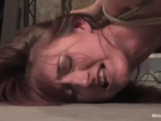 Лезбиянки издеваются над подругой при помощи страпона и вибратора