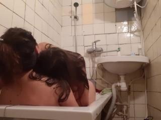 Позвала подругу помыть спину и затащила её к себе в ванную в одежде. Это был мокрый и страстный секс
