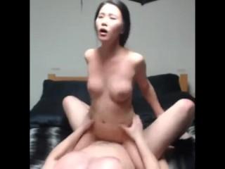 schattig Aziatisch meisje wil zwanger zijn