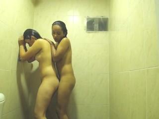 2 chicas amándose en l. a. ducha parte 2