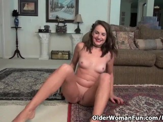 American milf Stacy rubs her mature pussy