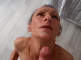 Pijpbeurt door volwassen vrouw