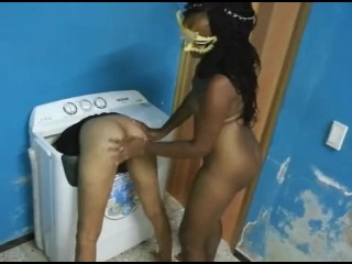 Lesbiana africana le desvirga el culo a una chica con l. a. lengua y a ella le gusta