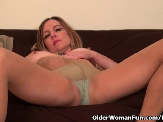 American milf Phoebe Waters works her pussy with hands
