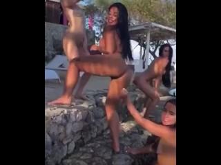 Amigas Venezolanas en piscina bailando